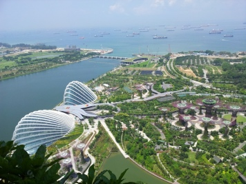 Gardens by teh Bay: ganz links Flower Dome, daneben Cloud Forest, rechts die Supertrees