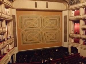 Der Eiserne Vorhang, in der Saison 2014/15 von der amerikanischen Künstlerin Joan Jonas