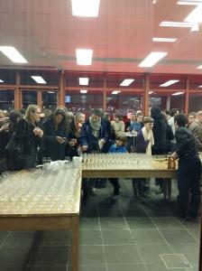 Gratis Sekt und Wein - das Gerangel ist größer als in der Ausstellung!