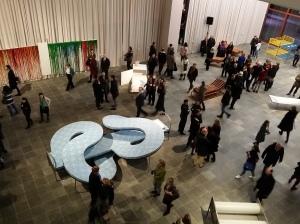 Der große mittlere Saal ist mit diversen Bettvariationen und -installationen bestückt