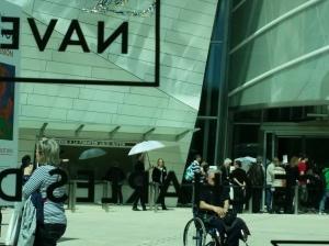 Ohne Sonnenschirme zergehen die Mitarbeiter vor dem Eingang ...