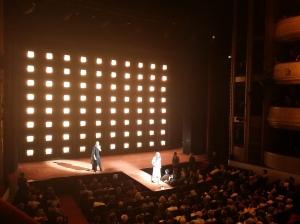 Die Bühne wird weit in den erleuchteten Zuschauerraum geführt