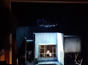 "Gilda (Ekaterina Siurina) in ihrer ""Gefängnis-Box"""