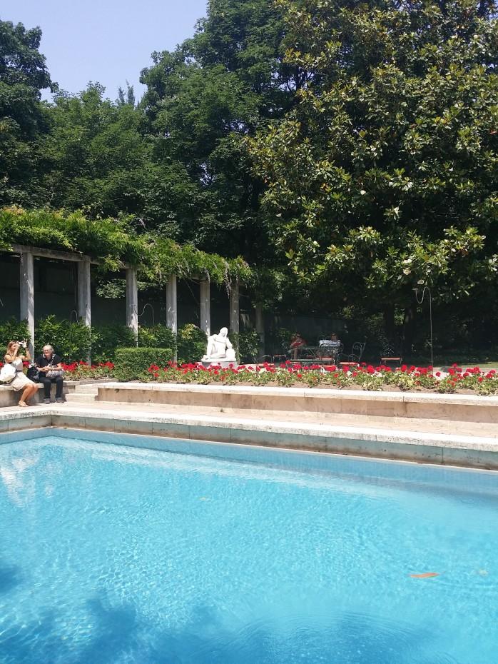 Villa Necchi, Garten mit Pool und Laubengang