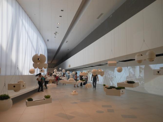 Der Künstler Laerte Ramos ließ sich für seine Hängeobjekte von der Architektur Oscar Niemeyers beeinflussen.