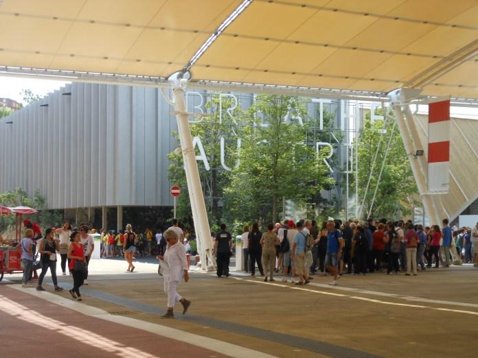 Warteschlange vor dem Österreichischen Pavillon