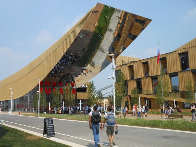 Der russische Pavillon spiegelt das Geschehen vor dem Eingan wider.