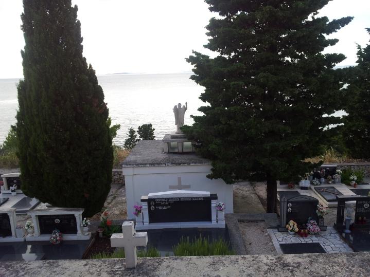 Friedhof mit Aussicht auf Kaprije (Kroatien)