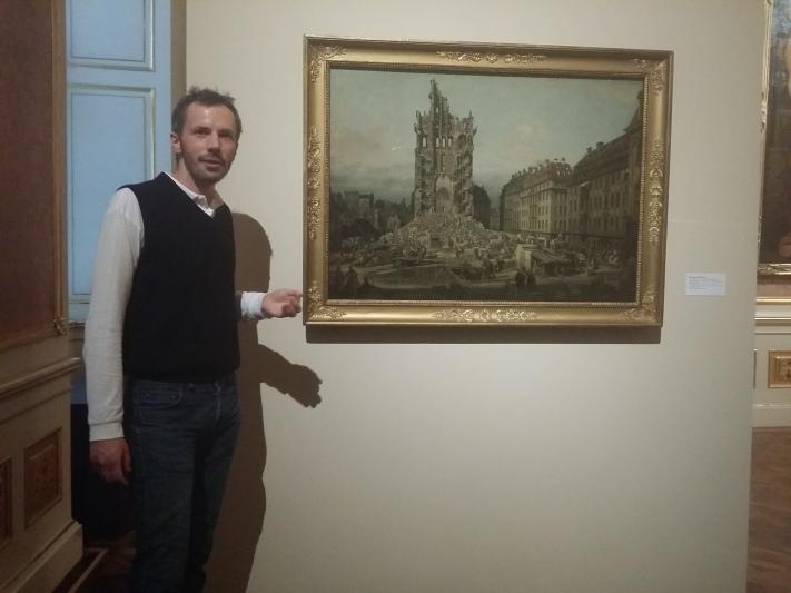 """Kurator Georg Lechner vor Canalettos """"Die Ruine der Kreuzkirche"""""""