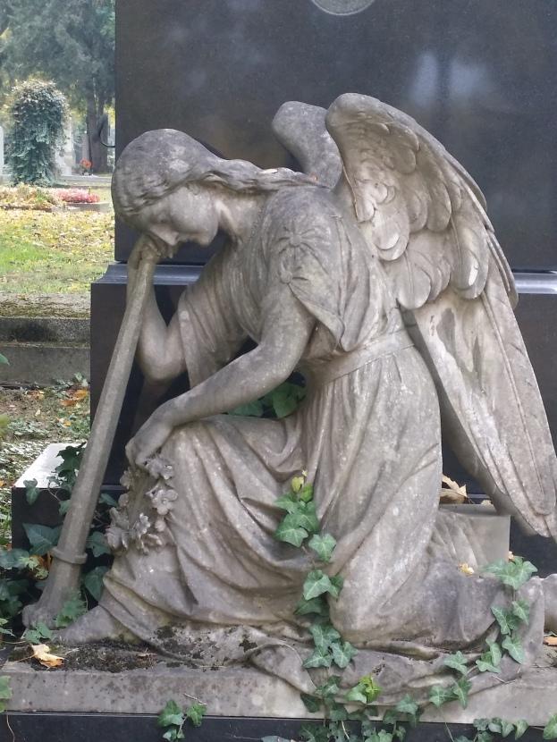 Eine nach unten gerichtete Fackel mit erlöschender Flamme des Todesgottes Thanatos gilt als Symbol des erlöschenden Lebens (Zentralfriedhof)
