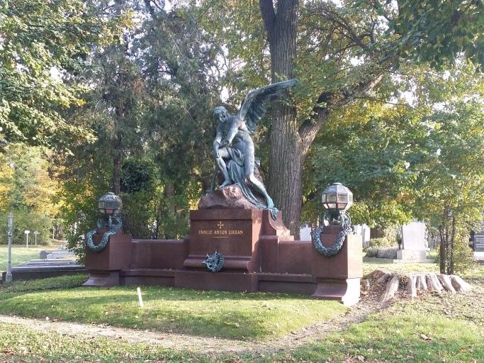 Auch hier die erlöschende Flamme des Todesengels (Zentralfriedhof)