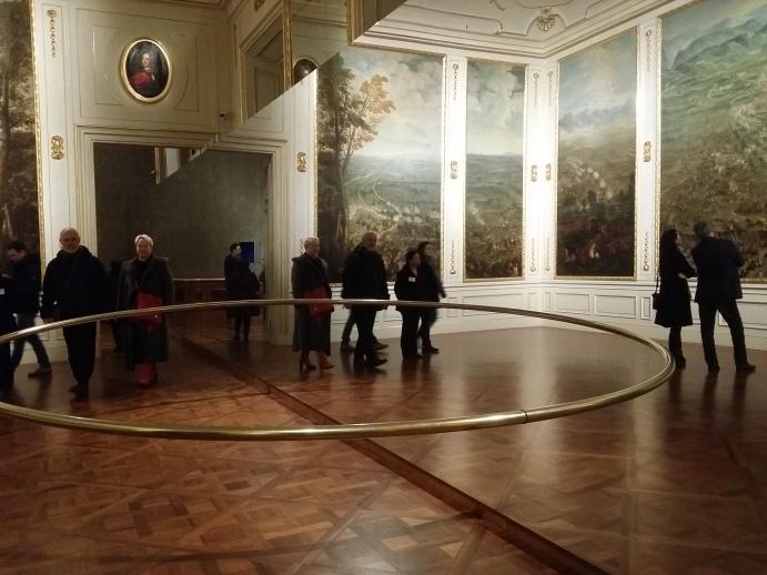 """""""Wishes versus wonders"""" (2015) - ein halbkreisförmiger Messingring mit 5 Metern Durchmesser, verdoppelt im Spiegel"""