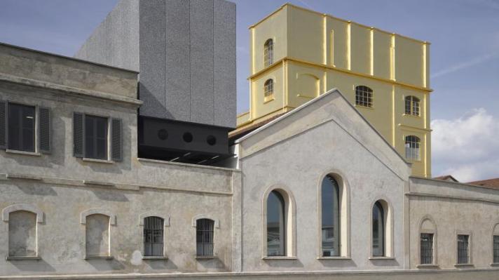 Die ehemalige Schnapsbrennerei hat einen goldenen Turm bekommen (Foto: Bas Princen 2015 Courtesy Fondazione Prada)