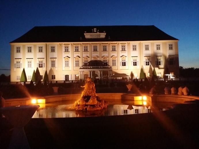 Gartenseite: Unter Maria Theresia wurde das obere Stockwerk aufgesetzt.