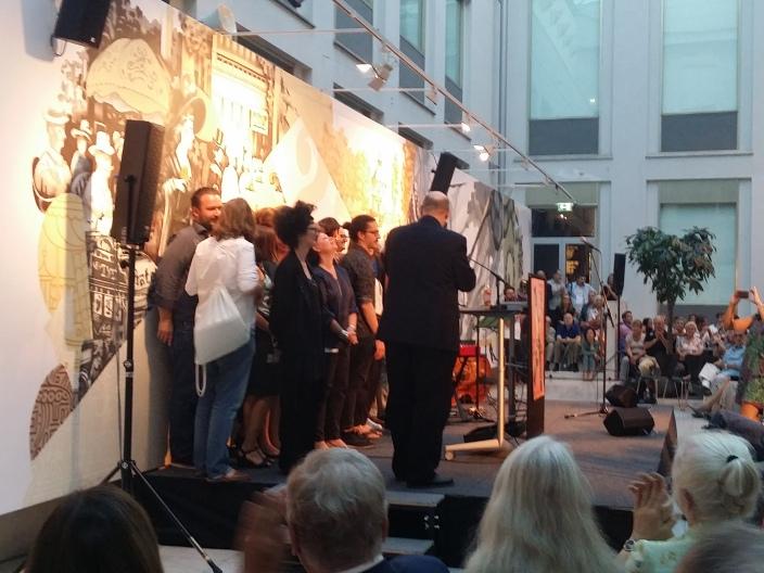 Das Ausstellungsteam holt sich den wohlverdienten Applaus