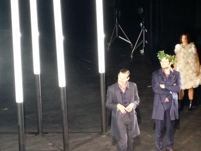 Torquato Tasso (Philipp Hauß) mit dem Dichterkranz und Antonio (Ole Lagerpusch)
