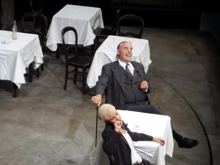 """Peter Simonischek als Panatlone sieht mit den falschen Zähnen wie in seinem Kinohit """"Toni Erdmann"""" aus, daneben Andrea Wenzl (Beatrice, verkleidet als ihr toter Bruder)"""