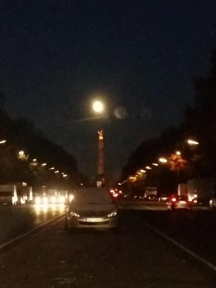 Wie passend: der Super-Vollmond über Berlin-Tiergarten