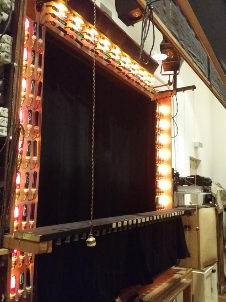 Backstage mit voller Lichttechnik