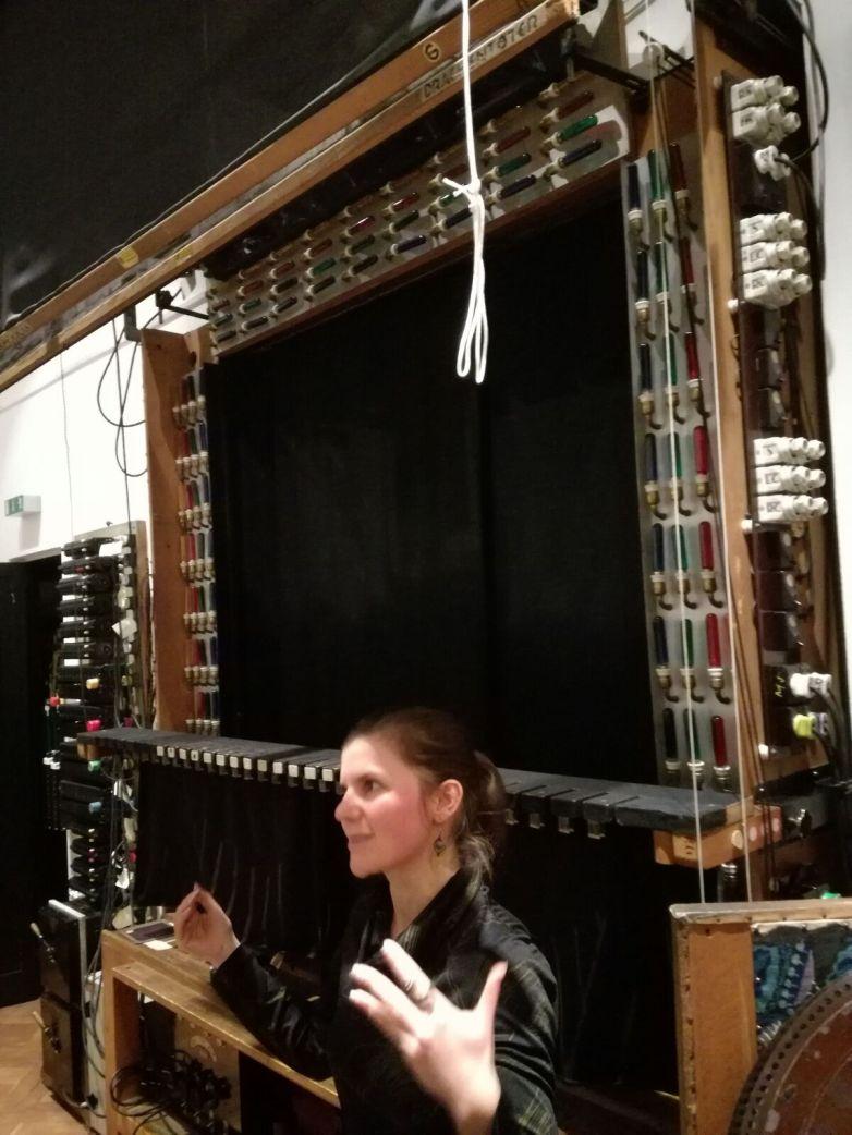 Die Textilrestauratorin Angela Sixt, die die Hauptverantwortliche für die Teschner-Figuren im Museum ist.