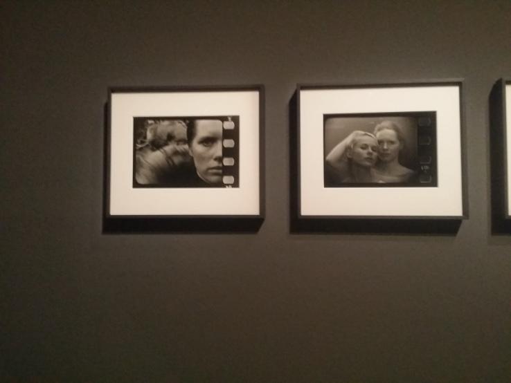 Um die Bewegtheit der Bilder zu suggerieren griffen manche Fotografen zum einem Trick und montierten Filmränder an die Bildseiten.